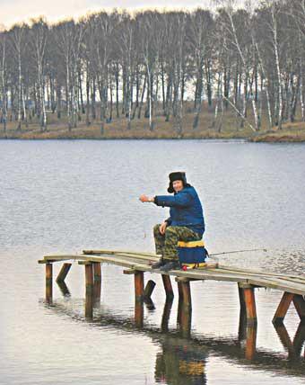 Когда холодов нет и нет, а рыбачить по-зимнему хочется, то можно устроиться и так…