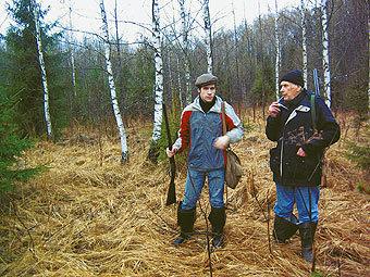 В.Г. Скребицкий – сын известного писателя Г.А. Скребицкого со своим сыном Иваном на весенней охоте в Мещере у автора очерка. Апрель, 2010 год.