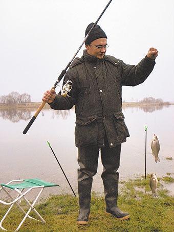 На прудах, богатых карасем, эта рыба активно ловилась вплоть до холодов на дальнобойные снасти, предпочитая в качестве наживки исключительно мотыля.