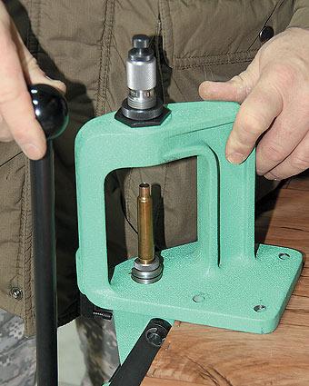 Прибор для обжатия пуль вдульце гильз патронов кнарезному оружию.