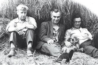На привале: Зайцев Б.А.(слева), Митрофанов В.В. (в центре) и одна из первых в Коврове РОС сука Лада Зайцева. Фото автора