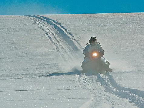 Снегоход по крепкому насту всемогущ — поезжай куда хочешь на полном газу! Фото: Илья Липин.
