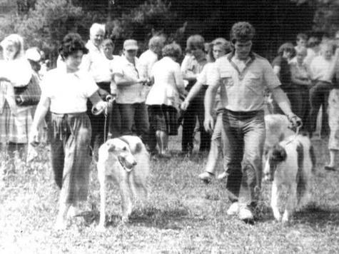 Валентин Бодунков со своей первой русской псовой борзой по кличке Плутовка на Московской областной выставке охотничьих собак