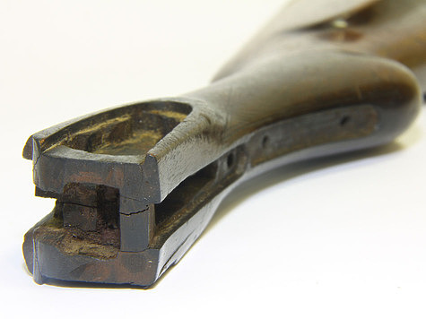 Фото: Fotolia.com <br />&#187; title=&#187;Фото: Fotolia.com<br /> <br />&#171;></p> <p><span></p> <p>Фото: Fotolia.com</p> <p></span></p></div> <p><!-- лид --></p> <p>При вскидке, прикладывании ружья, затыльник должен быть расположен достаточно высоко в плечевой впадине.</p> <p></p> <p>Боковой отвод, высота гребня и вертикальный погиб должны обеспечивать такую постановку головы, чтобы взгляд через прицельную планку был как можно прямее, а не исподлобья.</p> <p></p> <p>Прицельная планка практически закрыта, мушка находится посередине планки. Голова не завалена в сторону ложи.</p> <p></p> <p>Прямой взгляд обеспечивает правильное определение расстояния, направление движения и скорость цели, особенно при плохой видимости. Такая постановка головы отчасти обеспечивается увеличением питча &ndash; угла наклона ружья вниз от 10 см и более.</p> <p></p> <p>Измерить питч можно поставив ружье в дверной проем вертикально, чтобы затыльник плотно стоял на полу, а стволы у колодки касались дверного косяка, тогда расстояние от косяка до мушки будет величина питча.</p> <p></p> <p>Добиться нужного угла &ndash; питча при избыточной длине ложи можно отпиливанием под необходимым углом приклада или подкладыванием под затыльник клинообразного бруска дерева.</p> <p></p> <p>При нарушении баланса (центр тяжести ружья 60 &ndash; 70 мм от казенного среза стволов) можно выбрать внутреннюю часть ложи со стороны затыльника. Впрочем, незначительное нарушение баланса вполне допустимо.</p> <p></p> <p>Отпиливание ложи требует большой аккуратности, хорошего инструмента и предварительной разметки.</p> <p></p> <p>Длина ложи, обычно определяемая длиной руки в предплечье, согнутой в локте под прямым углом на уровне плеч, когда указательный палец касается первого спуска, не всегда целесообразен.</p> <p></p> <p><strong>Читайте материал</strong> &quot;Различия охотника и стрелка на охоте&quot;</p> <p></p> <p>Для практической охоты не следует гнаться за длинной ложей, желательно применять такую длину ложи, что