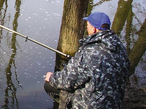 В условиях мутной воды более всего разной рыбы собирается среди затоплений растительности взонах слабого течения.
