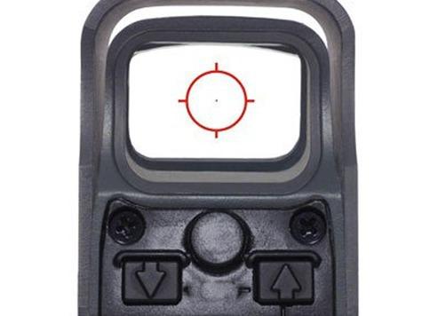 Голографический прицел – это электронно-оптическое устройство, которое является разновидностью коллиматорного прицела. Особенность такого прицела состоит в том, что в стекле его выходного окна записано голографическое изображение прицельной марки, которое проявляется под воздействием луча лазера.