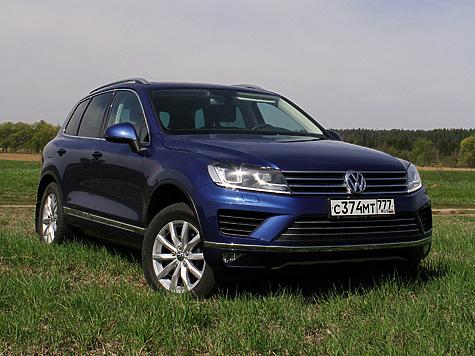 Нынешнее поколение VW Touareg можно назвать почти идеальным большим кроссовером для города. Мало кому придет вголову лезть натаком лощеном красавце влесовозную глушь.