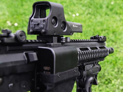 V-AR в«обвесе»: колиматорный прицел с дополнительным быстросъемным кронштейном, складная тактическая передняя рукоять, гильзоулавливатель.