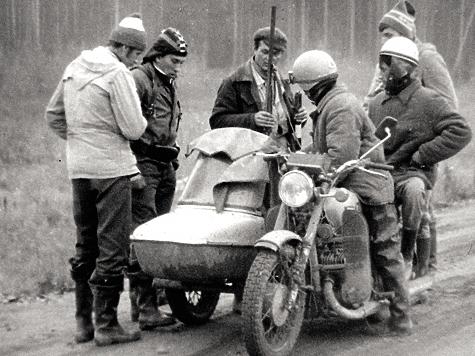 Иван встретился с участковым, чтобы выяснить, кто из местных ездит на мотоцикле с коляской. «Валерка приехал с севера. Может, там и наблатыкался оленей ловить»,— рассудил капитан.