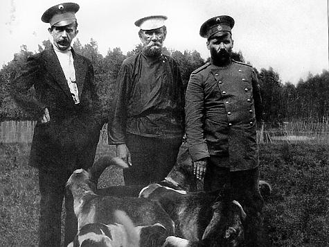 Н.П. Кишенский (в центре) с гостями и собаками