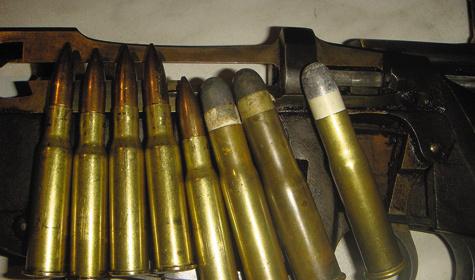 Патроны сбездымным порохом к3-линейной винтовке образца 1891 г. (слева) сменили наслужбе патроны к4,2-линейной образца 1868 г. (справа) счерным порохом.