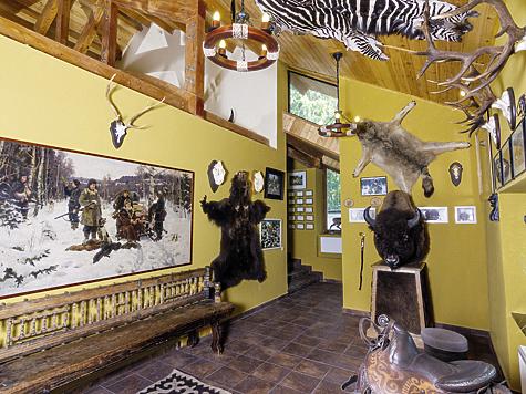 Одна из галерей охотничьего дома, где представлена интерьерная живопись советского периода, прекрасный трофей бизона из штата Монтана (США) иседло, подаренное бывшим президентом Киргизии  А.А. Акаевым