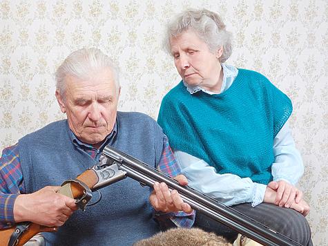 80-летний человек искренне убежден: наступили такие времена, что к нему с фальшивыми удостоверениями и украденной формой сотрудников полиции могут прийти «бродяги с улицы», «бандиты, которые заберут оружие». Фото: Fotolia.com
