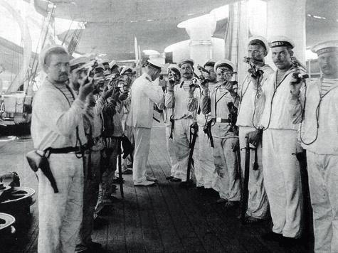 «Револьверы— космотру». Десантная партия наборту крейсера «Рюрик», Таку, Китай, 1900 г.  В руках моряков «Смит иВессоны» третьего образца.