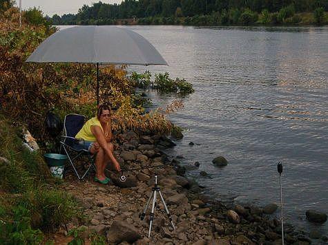Для рыболовов выпускаются специальные зонты. Фото: Андрей Яншевский.