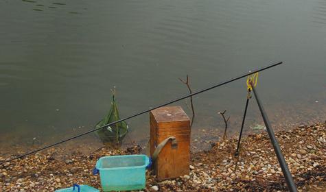 Правильно оборудованное место помогает в рыбалке Фото автора