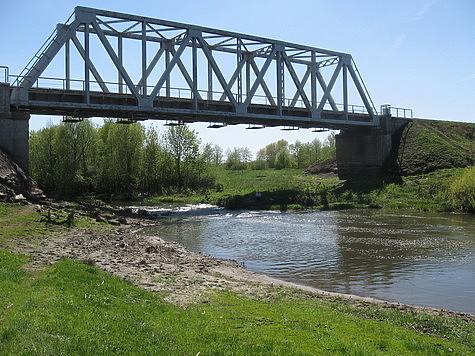 Этой снастью удобноловить там, где речку можно перейти по мосту или вброд. Фото автора.