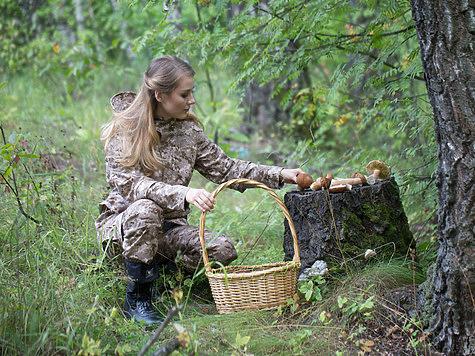 Фото: Семина Михаила <br />&#187; title=&#187;Фото: Семина Михаила<br /> <br />&#171;></p> <p><span></p> <p>Фото: Семина Михаила</p> <p></span></p></div> <p><!-- лид --></p> <p>Часто в литературе можно найти описание весенних грибов, которые якобы может найти каждый охотник, вышедший на вальдшнепиную тягу.</p> <p></p> <p>Думаю, вряд ли это возможно, потому что к прилету вальдшнепов в средней полосе можно увидеть в борах лишь открывающиеся фиолетовые цветы сон-травы, а за весенними грибами надо идти, когда уже растает снег и высохнут ручьи, когда зацветет осина и начнут опадать ее сережки, когда появятся цветы первоцвета весеннего.</p> <p></p> <p>Кстати, цветы и листья &laquo;баранчиков&raquo;, как их называют в народе, употребляют в салате.</p> <p></p> <p>Существует такая примета: появились баранчики &ndash; пора быть и сморчкам. Лес весной просторный, чистый, в нем далеко видно, всюду простор, что вверху, что внизу. Сверху чистое голубое небо с ярким солнцем, внизу ковер из спрессованных листьев, прошитых зелеными иглами прорастающих трав. Листьев на деревьях еще нет, и потому лес прозрачный. Прогулке по лесу не мешают никакие насекомые.</p> <p></p> <p>Весной грибы можно найти и в сосновом бору, и в лиственных лесах. В осинниках и под липами чаще всего находим одну из разновидностей сморчков &ndash; сморчковую шапочку. У этого гриба белая, внутри полая, симметричная ножка.</p> <p></p> <p>Такая ножка высотой до 10-15 см иногда торчит одиноко, а шляпка гриба, как кольцо, спускается по ней и лежит у основания, так бывает у переросшего гриба, а у молодого шляпка надета на ножку, как наперсток на палец, она тонкая, нежная, вся в продольных складках, гофрированная, светло-коричневого цвета.</p> <p></p> <p><strong>Читайте материал</strong> &quot;Разнообразим свой рацион дикоросами&quot;</p> <p></p> <p>Такой гриб с высокой белой ножкой в чистом лесу увидишь далеко, и не сходя с места можно разглядеть рядом с этим другой, третий и чуть подальше еще, а покрутишь головой, соб