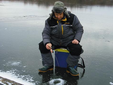 Фото Анатолия Маилкова. 5–7 см— безопасная толщина льда длявыхода нанего одного человека принизкой температуре воздуха.