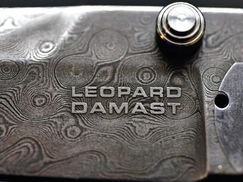 Автоматические ножи с изюминкой: в дамасскую сталь одного из них добавлена пушечная сталь «Леопардов», а в сталь другого— броня линкора «Тирпитц».