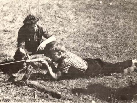 Первые навыки в стрельбе, первые уроки, преподаёт старший брат. 1958 г.