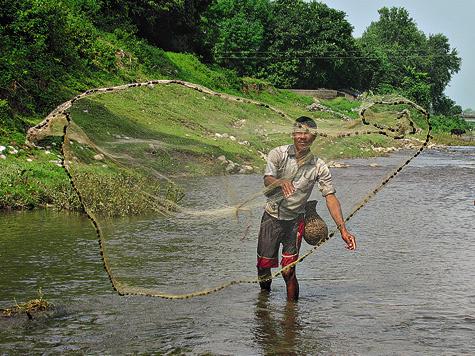 Как только «парашют» (так эту снасть называют унас) ровным широким кругом опускался надно, рыбак осторожно подтягивал его ксебе ирывком ловко выбрасывал напологий берег.