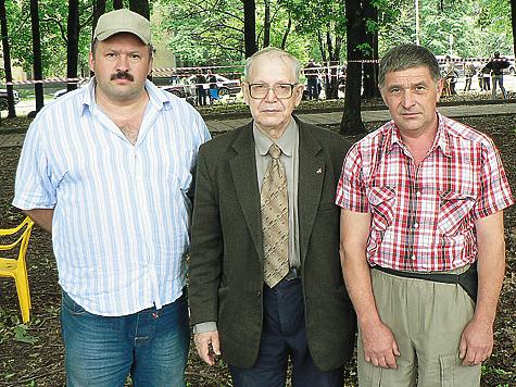 Эксперты на выставке.  Слева направо: Ю.Б. Соколов, В.П. Сипейкин и О.В. Комаров. Фото автора