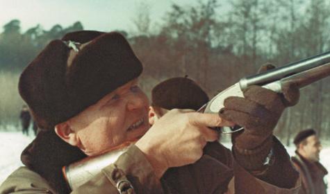 И.С.Конев стреляет по тарелочкам. Фото из семейного архива Коневых