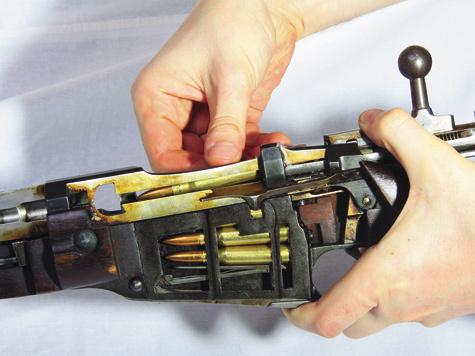 Трехлинейная винтовка предназначена для обойменного заряжания, зарядить ее без обоймы также несоставляет труда.