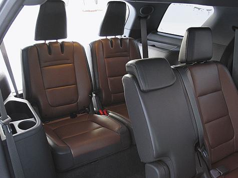 Салон Ford полноценно семиместный— ездить можно даже втретьем ряду, хотя, учитывая длину машины, места для ног там могло быть ипобольше.