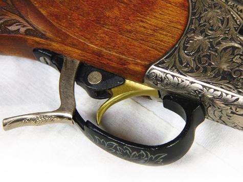 Удобное расположение рычага запирания икнопки предохранителя положительно сказывается набезопасности при обращении соружием.