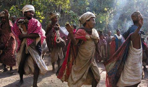 Как ивсе народы, стоящие на«низкой ступеньке» развития, рауте любят исполнять священные танцы после успешной охоты.