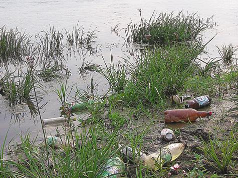 Фото Анатолия Маилкова Заваленный мусором берег Оки – здесь рыбачат бесплатно...