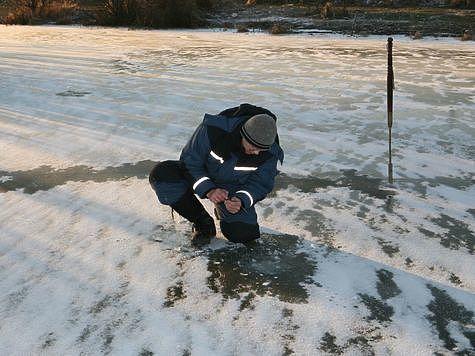 Монолитный прозрачные лед самый прочный. Фото: Михаил Бирюков.