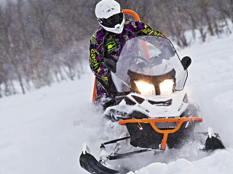 Модель снегохода Lynx 69 Yeti Alpine 12004-TEC создавалась сявным прицелом, чтобы кней проявили повышенный интерес технический персонал горнолыжных курортов испасательные службы.