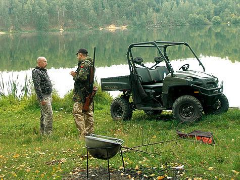Поехать наохоту или рыбалку наPolaris Ranger Diesel HD— самое милое дело. Ипроедешь туда, где пешком невсякий пройдет, иво вместительном кузове свысокими бортами места найдется абсолютно подо все, чтобы комфортно провести время наприроде за любимым делом.