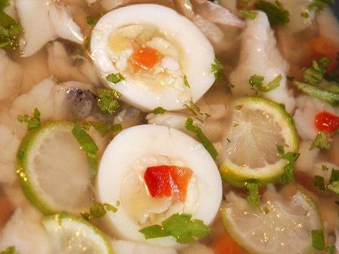 Еще одна тонкость, существенно влияющая на вкус блюда. Зеленый лук и укроп, предварительно измельченные, деревянным пестом перетирались с крупной солью в ступе. Фото: Игнатова Валентина