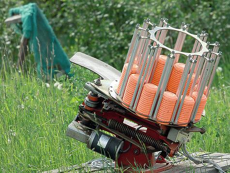 Машинка по команде стрелка выбрасывает тарелочки; угол и направление полета могут изменяться. Фото Антона Журавкова.