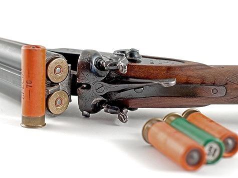Заряжая ружье, надо приучиться закрывать его подъемом ложи, а не стволов. Особенно важно держать стволы вверх, когда спускают курки куркового ружья. Фото: Fotolia.com
