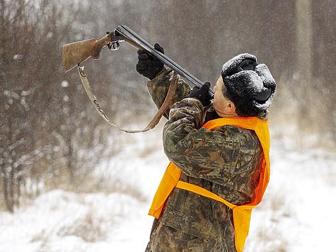 Забытое искусство — трубить в стволы. Так можно подозвать потерявшуюся собаку либо дать сигнал окончания охоты.  Фото АНТОНА ЖУРАВКОВА
